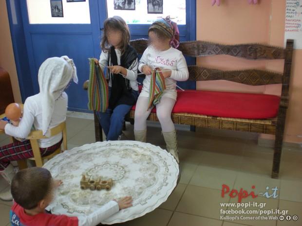 28η Οκτωβρίου-Η οικογένεια κάθεται στο καθιστικό