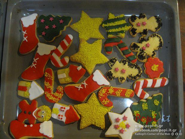 Χριστουγεννιάτικα μπισκότα στολισμένα με ζαχαρόπαστα.