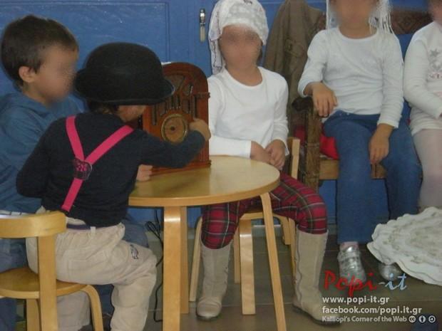 28η Οκτωβρίου-Η οικογένεια κάθεται στο καθιστικό-Ραδιόφωνο